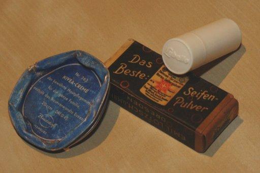 alter Labello Plastikgehäuse Schiebemechanismus 1953-1963, Nivea Dose von vor 1978 und eine alte Seifenpackung